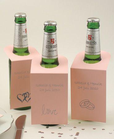Flaskhängare att dekorera flaskan med för att sätta er personliga touch på dukningen. #calligraphenwedding #calligraphendetails #flaskhängare #bröllopsdukning #bröllop #wedding