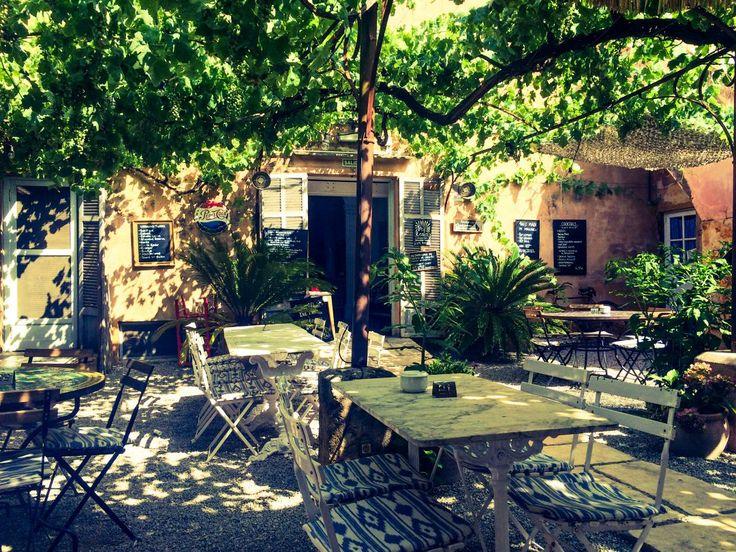 Idyllisches Café inmitten der Fußgängerzone von Artá - ein Ort der Ruhe auf Mallorca, der uns mit seinen liebevollen Details begeisterte.