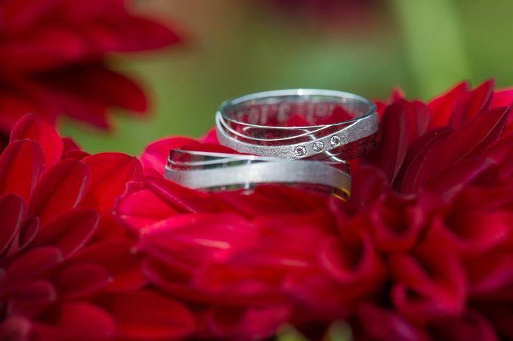 Velice děkujeme paní Petře s manželem za zaslání krásné fotografie našich prstenů z palladia.  Spečeťte i Vy svůj sňatek originálními snubními prsteny.