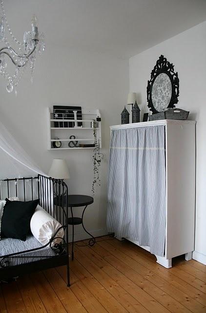 """großes Regal weiß streichen und unteren Teil mit Krimskrams mit hübschem Vorhang """"schließen"""""""