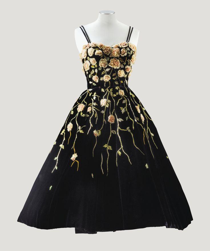 Pierre Balmain Haute Couture, 1953. Robe de cocktail en velours noir, travail de fleurs en bouillonné de mousseline, tiges et feuilles en minuscules rubans réalisé par la Maison Lesage