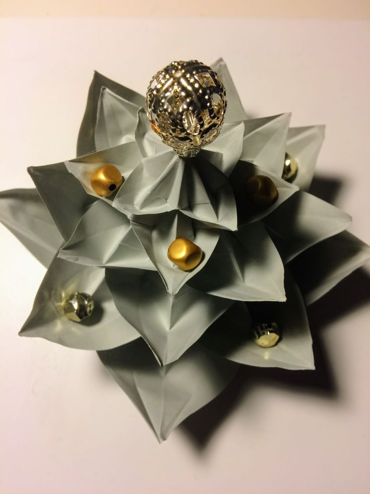 origami christmas tree http://www.origamispirit.com/2014/11/origami-christmas-tree/