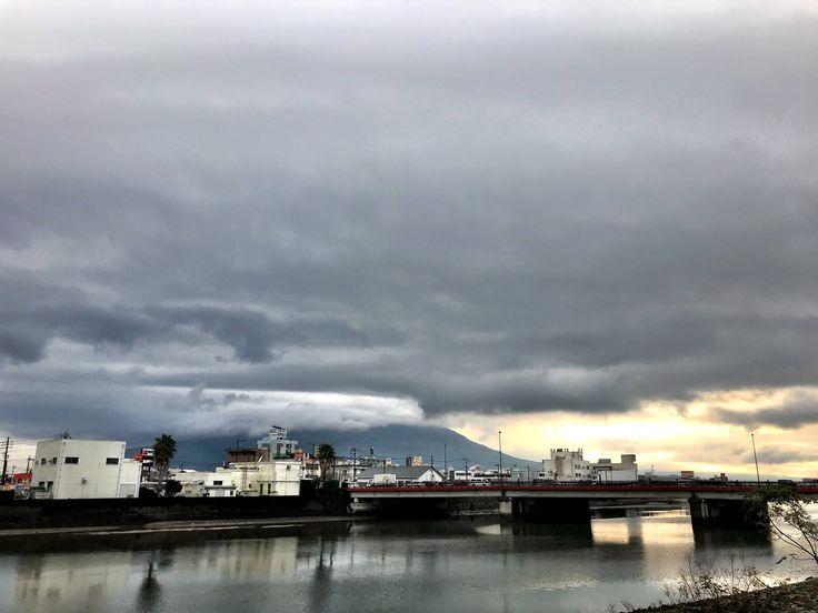 おはようございます(^o^)/ 今日の桜島です。 天気は雨、微妙に曇りかな。  今朝のラジオで観光関係の人が、最近の若い人が「インスタ映え」というのを聞いてこう思ったそうです。  「いけんなハエやっとな?ショウジョウバエとかあるけど新種のハエな?」と思ったそうです。  思わず1人爆笑してしまいました。  今日も一日、元気に頑張っていきましょう!!!