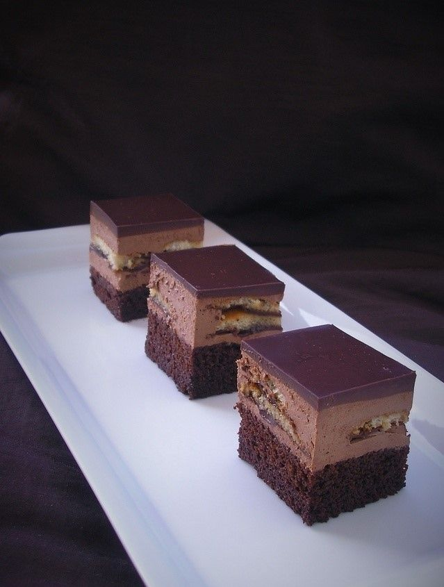 Izuzetno jednostavan kolač, vrijeme pripreme jako kratko, sočan je, nije suh, a tako je ukusan da bi bilo šteta da ga ne napravite kad su generalije ovog kolača savršene. Brze jaffa kocke sa čokoladnom muss kremom,jaffa keksima i kakao biskvitom…  Biskvit (kalup 24 cm): 90 g glatkog brašna 3 poravnate žličice praška za pecivo …