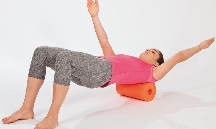 Wo tut's denn weh? Mit der Schaumstoffrolle können Sie Ihre Faszien entspannen und regenerieren. Das macht Sie wieder beweglicher und lässt Schmerzen vergehen. Die besten Faszien-Übungen finden Sie hier.