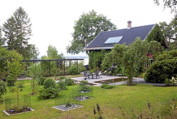 Den store hagen er utradisjonell med trær og ulike planter spredd utover gresset. Det er derfor bare en liten flekk med åpen plen. Under treet på plattingen er det laget en liten dam. Helhetsinntrykket blir derfor som en japansk hage.