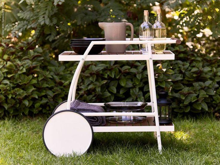 Med smarta rullvagnen VINDALSÖ dukar du bordet på ett kick. Använd som ett portabelt picknickbord eller avlastningsbord, och rulla vidare när det behövs.