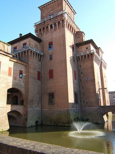 ferrara castello #renesans zamek Ferrara, fosa z wody ze studni artyrezyjskich