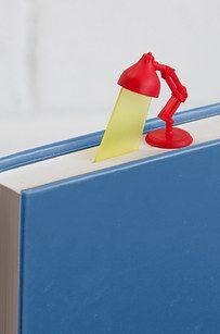 Este marcador brilla una luz en su página actual. | 24 Brilliant Bookmarks You Need In Your Life