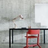 RU Chair Hay design Leverbaar in 7 kleuren •Materiaal: beuken multiplex, essen fineer. •Afmetingen: 53 x 44 x 70 cm •Ontwerp: Shane Schneck Het kan zijn de de Ru Chair van Hay u doet denken aan uw middelbare schooltijd, maar laat u niet misleiden wat de Ru Chair is een design stoel van hoog niveau die het moderne leven prima aan kan. De stoel is zo ontworpen dat hij makkelijk kan worden gestapeld of aan de muur kan worden opgehangen dankzij zijn lage gewicht.
