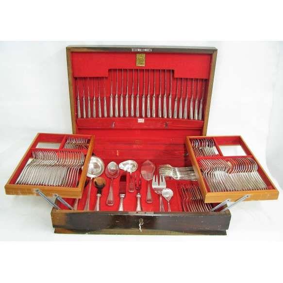 Faqueiro completo para 12 pessoas em metal espessurado a prata Wolff, com 130 peças. Na caixa.