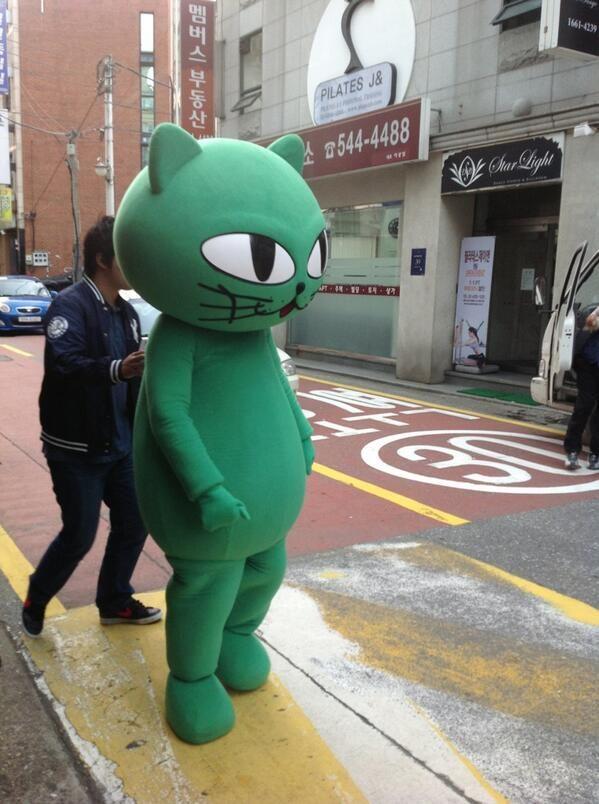 """연이야 @tY_Yeon / 주먹쥔건 꼭 택이손같네. 홍보인형인가보네 """"@SaiiLandOTY: ออกมาอีกแระ RT @badtz_san: Taecyeon okcat!!!! / #골목 #거리 #괴물 / 2013 10 10 /"""
