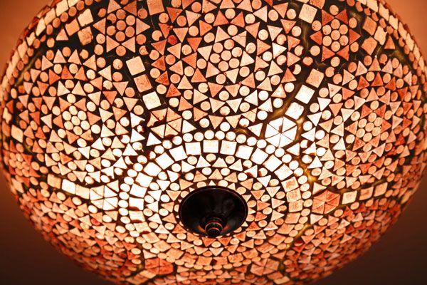 Een sprankelende plafonnière van paars glas mozaïek in traditioneel design. Formaat:  38 cm, hoogte 14 cm CE markering.