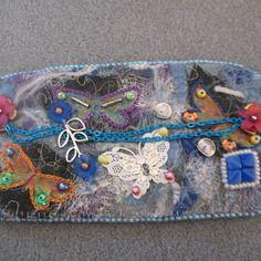 Manchette aux papillons réalisée en art textile