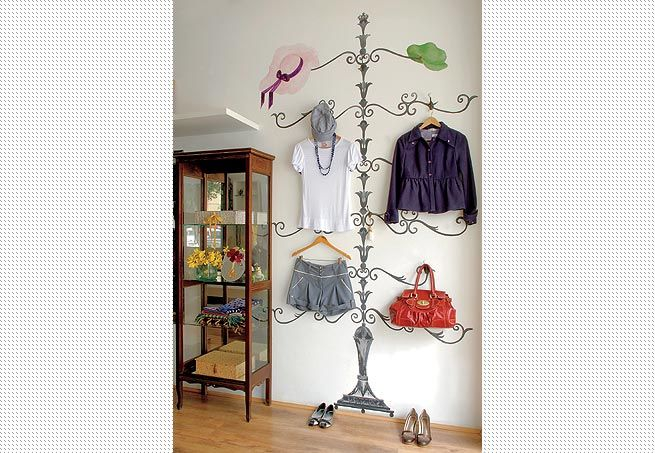 Rosely Pignataro: No instructions but this is a cute idea to do. Looks like she hung her outfit for the next day on the wall. Very imaginative!