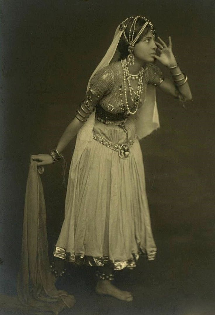 Old picture of an Indian dancer