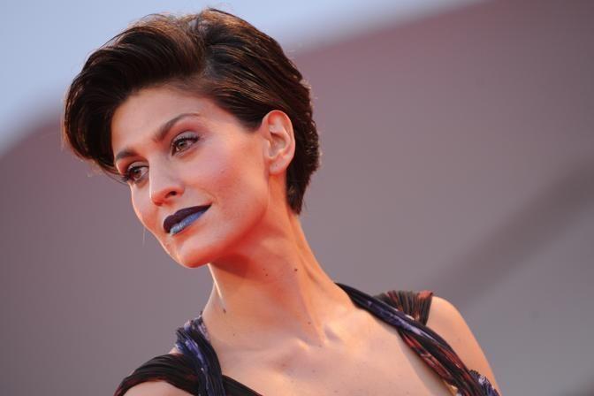 corriere.it  Giulia Bevilacqua, rossetto blu e trasparenze osè