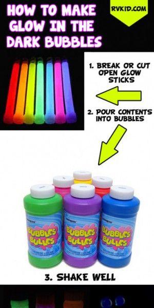 Lichtgevende bellen blazen met bellenblaassop en glowsticks! Het spul dat in de glowsticks zit in het potje, even schudden en veel plezier!