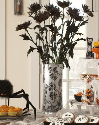 Use wall paper or scrap book paper to change the look of a glass vase for any season or holiday! Karin Lidbeck: White mums are spray painted black for Halloween