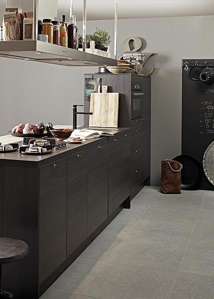 Dark brown vtwonen kitchen
