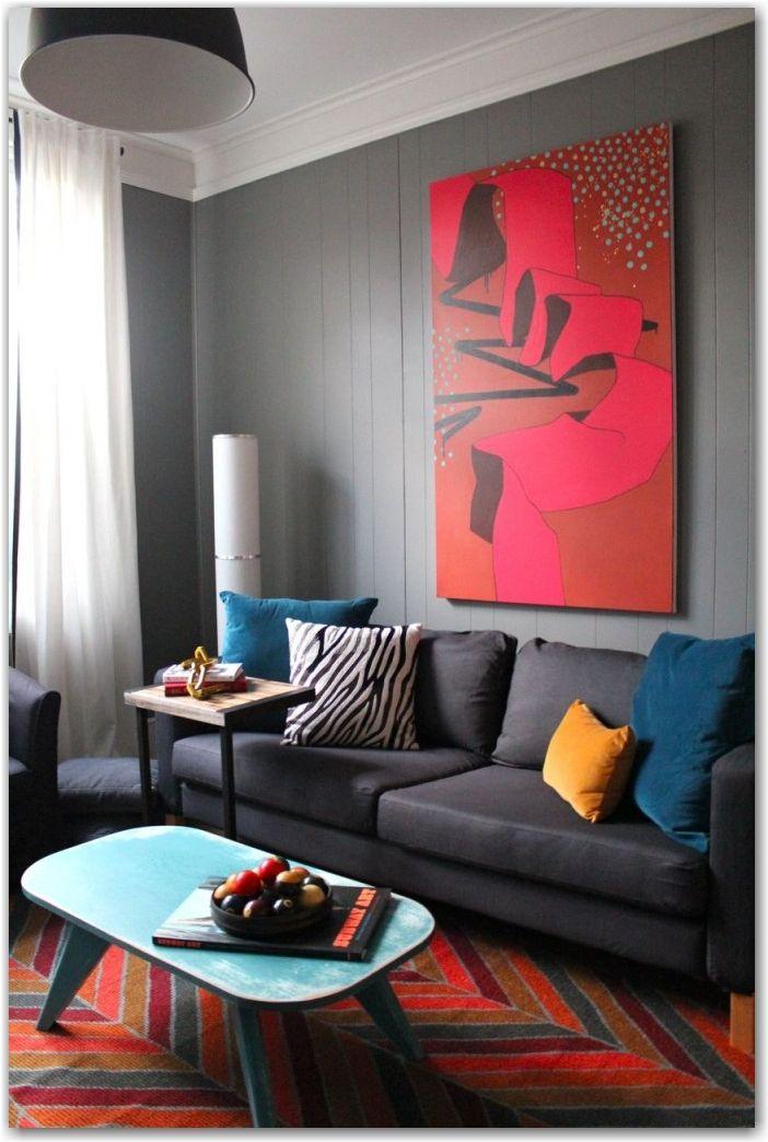 sala de estar living monocromatico en gris  acentos de color en los tonos rojos amarillos