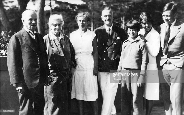 Mann, Thomas - Writer, D *06.06.1875-+ Nobel Prize laureate 1929 - Portrait of the family (from left): the parents in law Alfred and Hedwig Pringsheim, Katja and Thomas Mann, Elisabeth, Monika and Golo Mann - about 1931