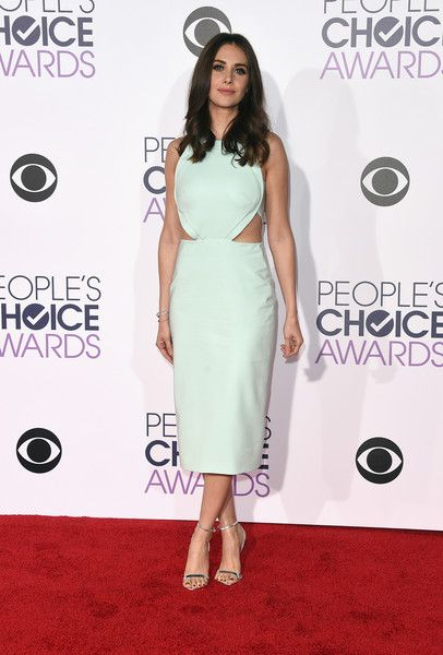 Alison Brie Lookbook: Alison Brie wearing Long Curls (3 of 6). Alison Brie wore her hair in a tumble of curls during the People's Choice Awards.