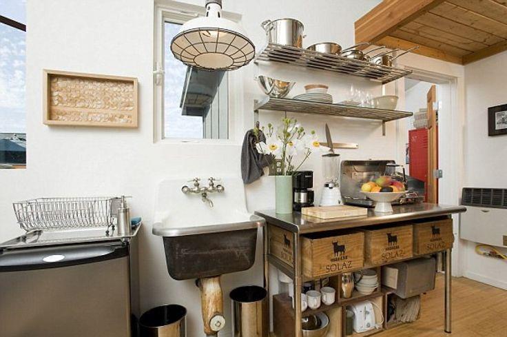 Micro casa a Seattle, unisce design industriale a un carattere familiare. Può ospitare tre persone nel letto, che è accessibile tramite una scala a pioli.