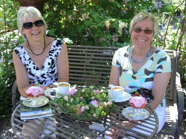 Gluschtiges geniessen im rosenberankten Pavillon.