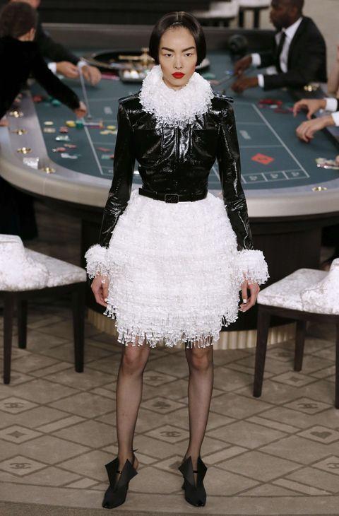 El casino más 'chic' de todo París ha abierto sus puertas en el Grand Palais para que Karl Lagerfeld presente, entre apuesta y apuesta, la última colección de Alta Costura de Chane