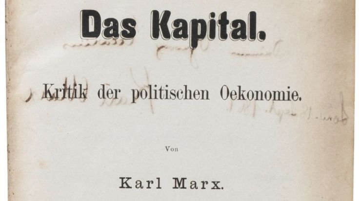 Portada de la copia de 'El Capital' Karl Marx,nota 1 (Tréveris, Reino de Prusia, 5 de mayo de 1818-Londres, Reino Unido, 14 de marzo de 1883), fue un filósofo, economista, periodista, intelectual y militante comunista prusiano de origen judío.1 En su vasta e influyente obra, abarca diferentes campos del pensamiento en la filosofía, la historia, la ciencia política, la sociología y la economía; aunque no limitó su trabajo solamente a la investigación, pues además incursionó en la práctica