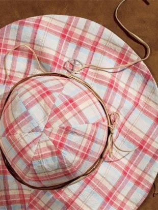 Выкройка к данной модели отсутствует, Burda советует шить на глазок. Нужно соединить шесть клиньев из х/б ткани, затем к верху шляпы пришить широкие полы из двух полукругов. Шляпа Burda 5/2009 Выкройка №: 141