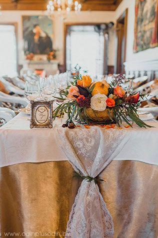 Осенняя свадьба в английском стиле, декор зала, раннер из кружева
