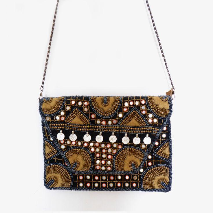 Precioso bolso de mano o clutch de piel vuelta adornado con monedas, espejos y abalorios en negro, plata y ocre.