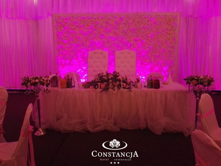 Ścianka kwiatowa, kandelabry, wianek, wesele w namiocie