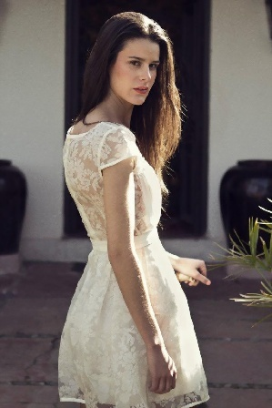 Vestido Encaje Blanco  vía Karyn Coo