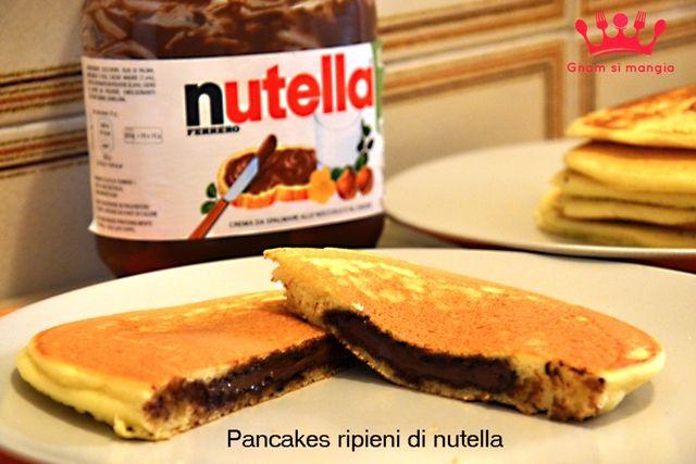 Pancakes ripieni di nutella   Gnam si mangia. Una ricetta facile e veloce per preparare dei golosi pancakes con un cuore morbido di nutella!