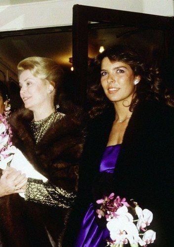 .Grace Kelly( âgée ) et sa fille Caroline de Monaco ( jeune )