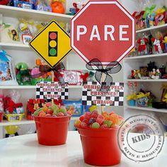 Centro de mesa com cachepô com balas de goma, placa de sinalização de trânsito, mensagem desejada e fita, embalados com celofane.  QUANTIDADE MÍNIMA - 20