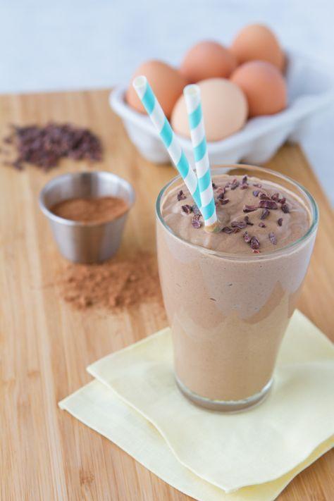 Um milk shake low carb de ceto grosso, cremoso e sem leite, perfeito para o café da manhã. Espessada com abacate e mega impulsionada com probióticos e ...