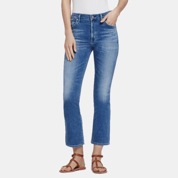 Directos desde Los Ángeles llegan los nuevos jeansFleetwood Crop High Rise FlaredeCitizens of Humanity.  Estos pantalones vaqueros combinan dos elementos que son plena tendencia: la campana y el corte crop. LosFleetwood Croppresentan una terminación ligeramente acampanada, y además a la altura del tobillo. Queda súper estiloso, sobre todo si lo combinas con unas sandalias o zapatos de tacón alto.  Los jeans Fleetwood Crop High Rise Flareson de talle alto, elaborados en un tejido…