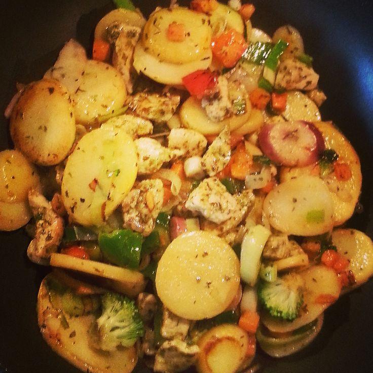 Dit is weer zo'n fijn recept voor de snelle, doordeweekse maaltijd. Met een kwartiertje staat het eten op tafel. En het is nog een eenpansgerecht ook, dus lekker weinig afwas! Ingrediënten (voor 4 personen) 700 gr aardappelschijfjes 2 el gedroogde Italiaansekruiden 2 flinke kipfilets 2 el pesto 400 gr Italiaanse wokgroenten Snijd de kip inRead more