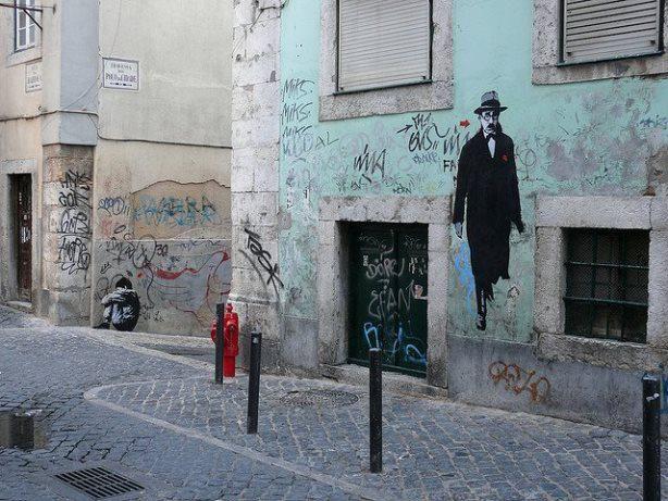 Όταν οι συγγραφείς βρίσκονται παντού μέσα στην πόλη ...Ο Pessoa σε συνοικία της Λισαβόνας http://www.politeianet.gr/kata-t-alla