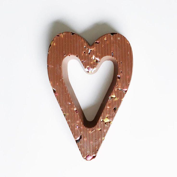 Chocoladeletter in de vorm van een hart met confetti en gepofte rijst. Heerlijk! #HEMA #sint #chocolade