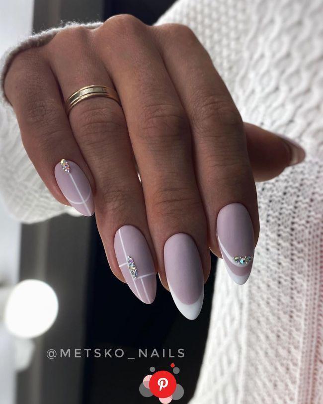 Unhas Decoradas Nao Precisam De Muita Coisa Para Serem Lindas In 2020 Purple Nails Rhinestone Nails Gem Nails