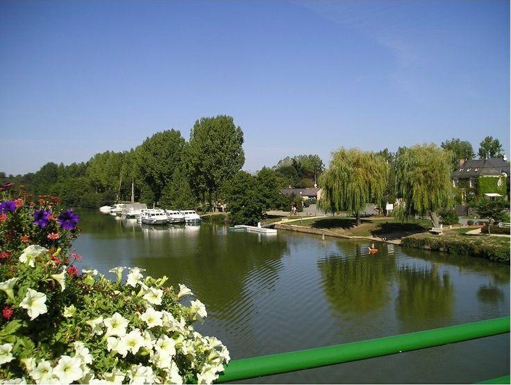 Découvrez le tourisme fluvial en naviguant sur la Mayenne et la Sarthe : essayez une location de bateau habitable sans permis au départ de notre site de Daon. Check out our offers for cruising in Mayenne on http://www.houseboat-hire.com/