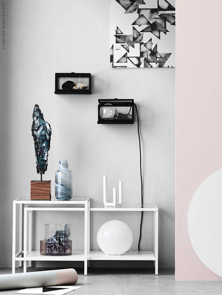VITTSJÖ satsbord är den perfekta glasmontern för att rama in, höjdskillnaden mellan borden ger en fin effekt, på väggen har vi satt upp små hyllor till OKÄND vitrin och målat dem svarta.
