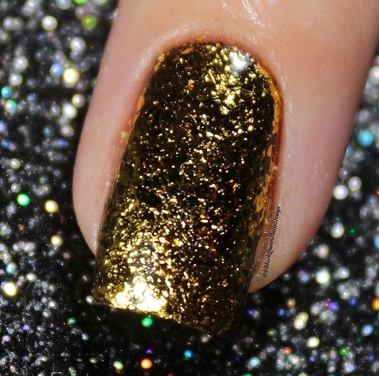 Sparkly golden flakie nails by @blackqueennailsdesign using our Mitty Shattered Sands Nail Art Powder found at snailvinyls.com