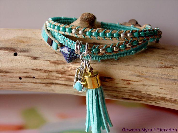 Deze turquoise-getinte wrap armband van naturel leer kan drie keer om je pols heen. De turquoise/witte kralen zijn van Miyuki. Deze kralen komen uit Japan en zijn de beste in haar soort. Hoogwaardig in kwaliteit en in haar diepe kleuren. De Mirage kraal, (Mirage kralen zijn thermo-gevoelig en  kunnen voortdurend van kleur wijzigen) het trendy turquoise kwastje en de antiekzilver-kleurige bedel met een mat-turquoise Preciosa steentje, zorgen ervoor dat je je ogen er niet vanaf kan houden.