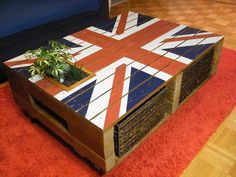 #Design, #Flag, #LivingRoom, #PalletTable, #RecyclingWoodPallets, #UnionJack The Great Britain flag is a great source of inspiration for pallet coffee tables maker! Another nice coffee table made from upcycled pallets and with an integrated planter and drawers! Well done!